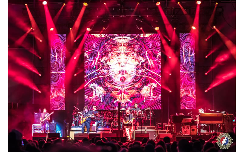 dead and company live on stage